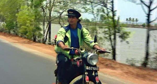 Srk-motorcycle-kabhi-haan-kabhi-naa-09
